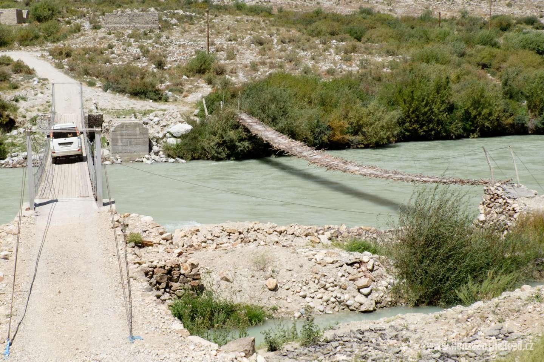 Tádžikistán, Nová lávka pro pěší (vlevo) - Tajikistan, The new pedestrian bridge (left)