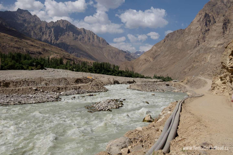 Tádžikistán, Kousek pamírské dálnice smetla lavina / Tajikistan, A part of Pamir highway was destroyed by an avalanche