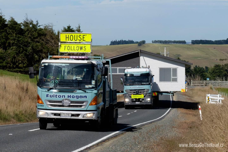 Nový Zéland, Zakoupený dům míří na místo určení - New Zealand, The purchased house is being transferred into its destination-2