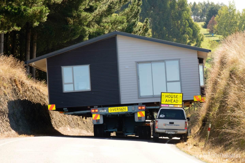 Nový Zéland, Zakoupený dům míří na místo určení / New Zealand, The purchased house is being transferred into its destination