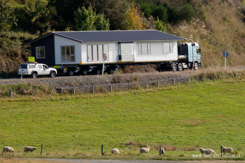 Nový Zéland, Zakoupený dům míří na místo určení - New Zealand, The purchased house is being transferred into its destination-4
