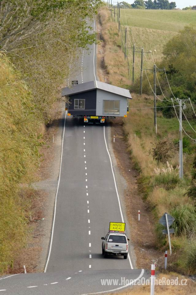 Nový Zéland, Zakoupený dům míří na místo určení - New Zealand, The purchased house is being transferred into its destination-5