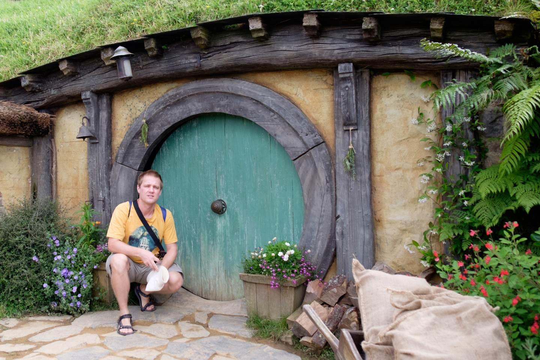 Nový Zéland, Před vstupem do hobití nory / New Zealand, In front of the Hobbit's home